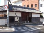 郁文館の正門